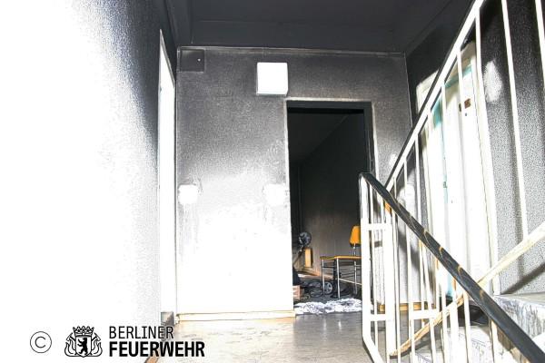 berliner feuerwehr brandstiftung im treppenhaus mieterin durch ihren rauchmelder geweckt. Black Bedroom Furniture Sets. Home Design Ideas